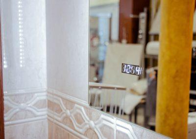 Reloj integrado en el espejo